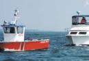 Barca in avaria che viene trainata da un rimorchiatore